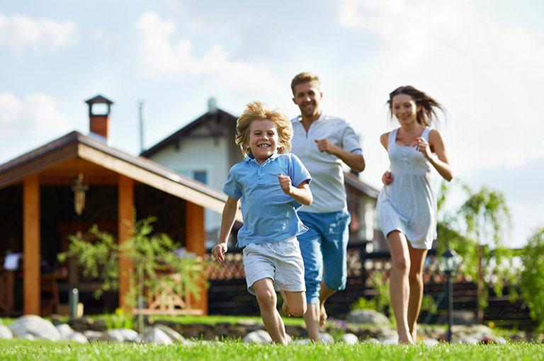 Glückliche Familie vor Ihrem neuem Zuhause