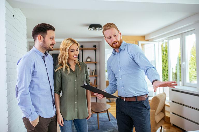 Gutachter in Immobilie und bewertet diese